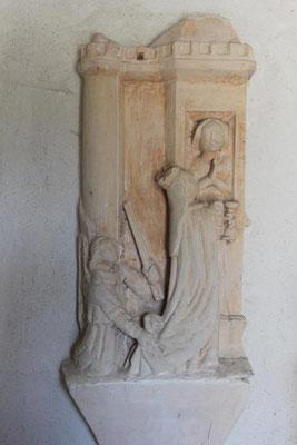 Bas relief Sainte Avoye enfermée dans une tour, apparaissant à la fenêtre de sa prison; la Sainte Vierge suivie d'un Ange portant un cierge,s'apprête à donner la communion à la prisonnière.Il est du XVI e siècle.