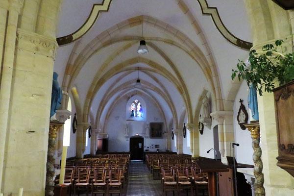 Elle se compose d'une nef qui doit remonter au XIème et XIIème siècle, et d'un chœur voûté en pierre dont les arceaux croisés retombent sur des colonnettes à chapiteaux de la fin du XVème siècle.