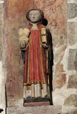 Saint Etienne qui tient dans ses mains les pierres avec lesquelles il a été lapidé