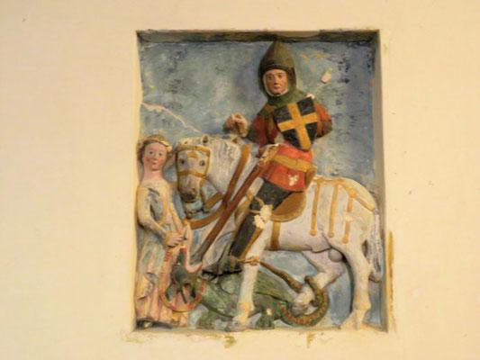 haut-relief du XVe siècle en pierre polychromé de 118 cm sur 95, représentant saint Georges terrassant le dragon
