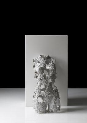OT_NBS16, 2019, Acryl, Papier, Quarzsand, Acrylharz, Gipsbinde, Aluminiumdraht, 35×80×23 cm