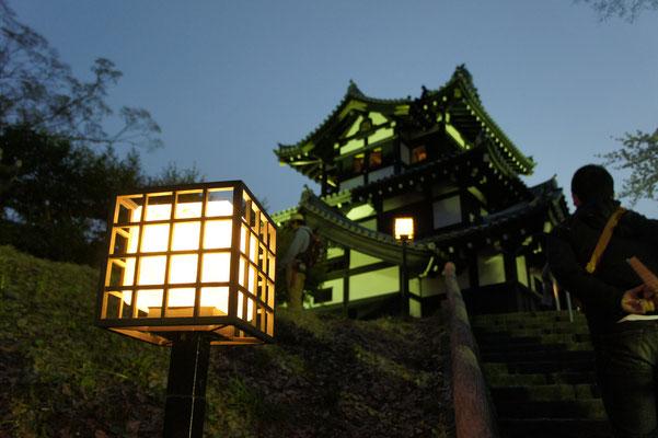 三重櫓に続く階段を、一歩一歩踏みしめる