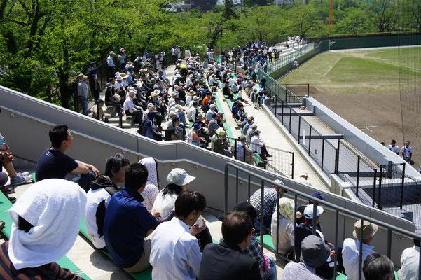 3塁側は地元・高田高校の野球ファン。このときを待ち望んでいました。