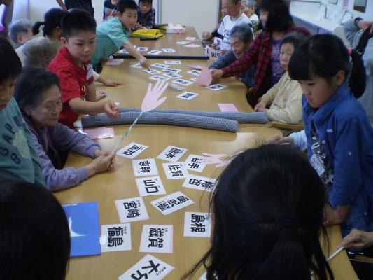 一緒に「都道府県かるた」で社会の勉強。老若男女、心が通う瞬間。