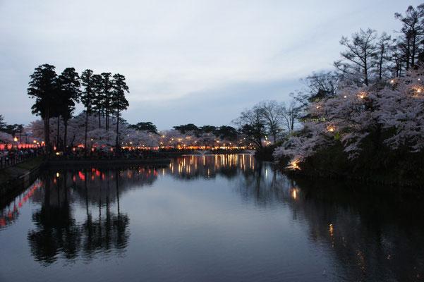 内堀と桜。ふるさとの春を満喫