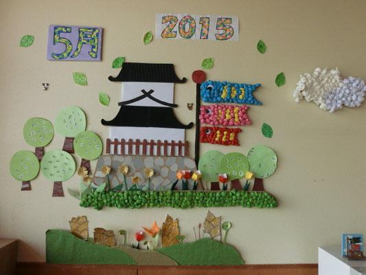 桜の季節を終えた高田城三重櫓。ただいま新緑の時期。気持ちよく泳ぐこいのぼりと共に。