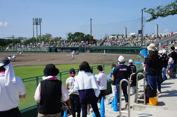 3塁側・分水高校の応援席。女子マネージャーと保護者の方々の声援。選手に届け!