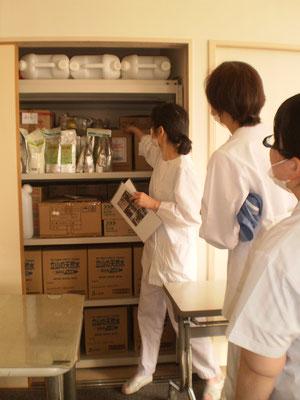 備蓄庫にある食品類の確認