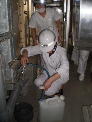 貯水槽から飲用水を取り出す作業