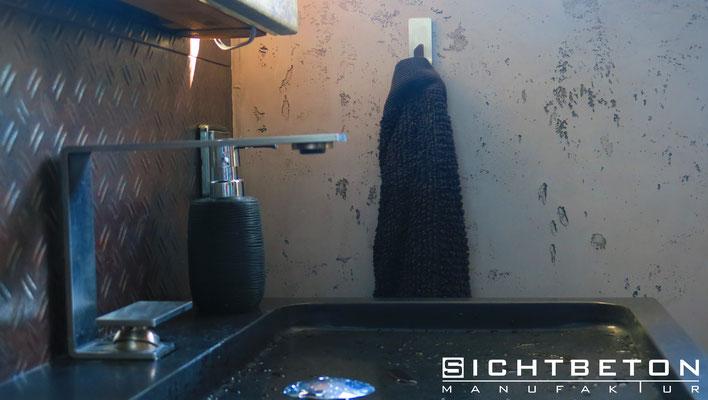 Betonwand im Badezimmer, moderne Wandgestaltung