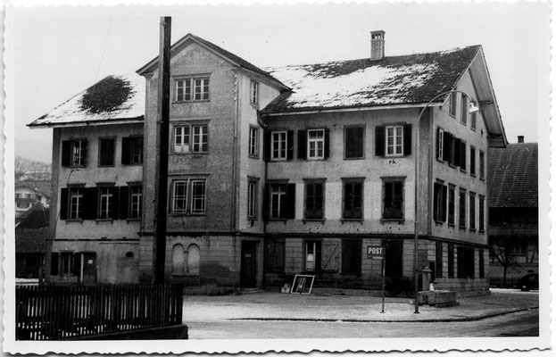 Hirschen / Schulhaus auf dem Dorfplatz - vor 1956