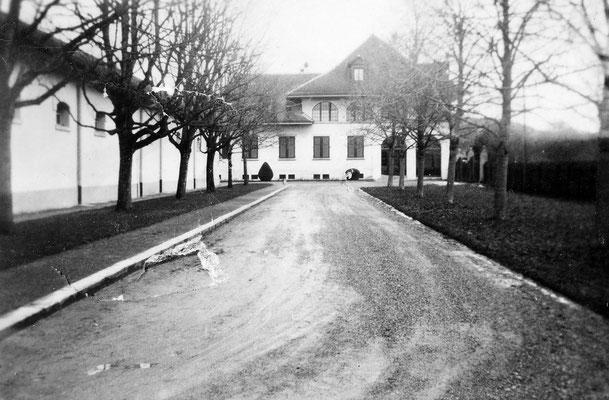 Allee und Verwaltungsgebäude 1932