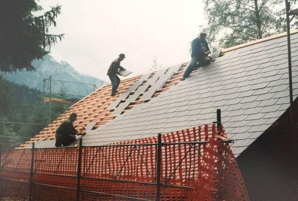 Das Dach wird mit neuen Platten abgedeckt