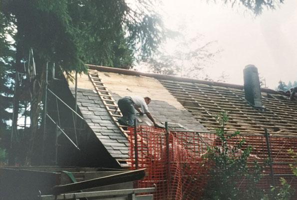 Das alte Dach wird abgedeckt