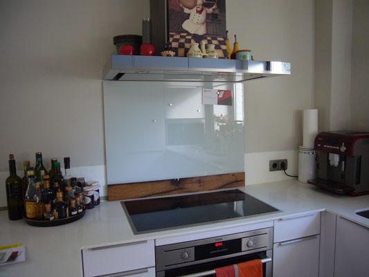 Glasmagnettafel-Küchenrückwand im Farbton RAL 9002 - Grauweiß mit einem unteren Holzfries aus historischer Fachwerkeiche