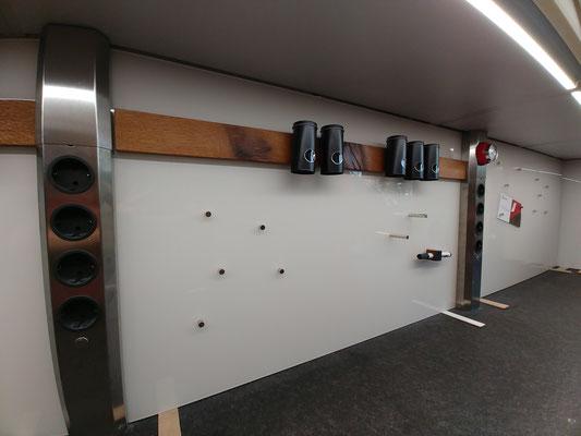Glasmagnettafel-Küchenrückwände in RAL 9001 - Cremeweiß und Magnetleisten in historischer Fachwerkeiche