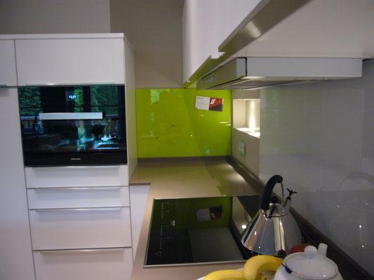 Glasmagnettafel-Küchenrückwand im Farbton NCS S1060-G60y