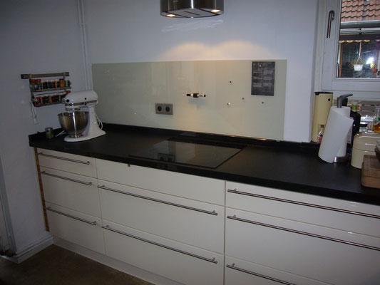 Glasmagnettafel-Küchenrückwand im Farbton RAL 1013 - Perlweiß mit 2 Steckdosenbohrungen