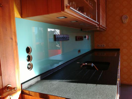 Glasmagnettafel-Küchenrückwand in RAL 6027 - Lichtgrün mit 5 Steckdosenbohrungen