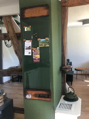 Glasmagnettafel im Farbton RAL 6020 - Chromoxidgrün mit Holzfriesen aus historischer Fachwerkeiche