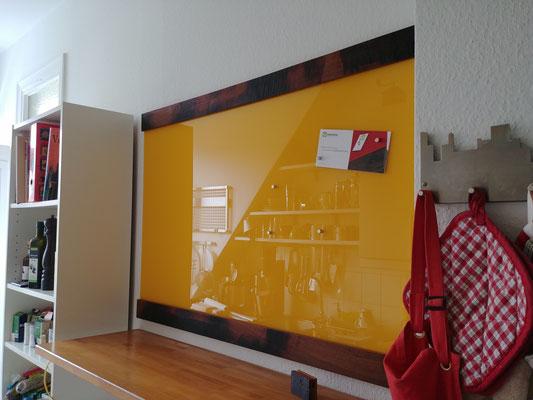 Glasmagnettafel im Farbton Leuchtendes Gelb mit Holzfriesen aus historischer Fachwerkeiche