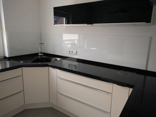 2 Glasmagnettafel-Küchenrückwände im Farbton Leuchtendes Weiß (REF 9003) mit 3 Steckdosenbohrungen