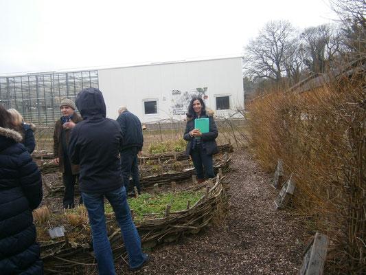 und Christine Eberl lernen viel auf der Cityfarm in Schönbrunn.