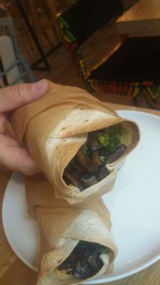 Burritos mit Brokkoli-Pilzfüllung und Hummus