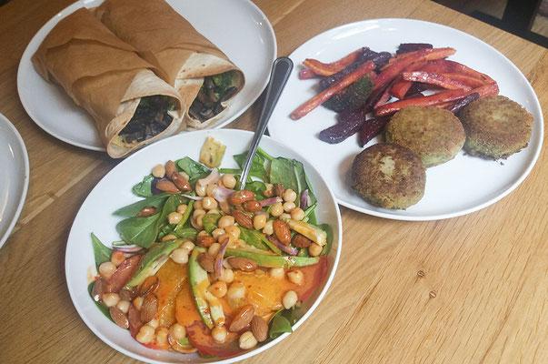 Burritos mit Brokkoli-Pilzfüllung und Hummus, Gemüsesticks aus roter Beete und Karotten mit Brokkoli Baratlingen, Spinat-Avocadosalat