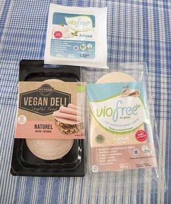 Hier nochmal der gleiche weisse Käse von Viofree. Sowie vegane Wurst/Mortadella von Vegan Deli und Chicken Flavor Scheiben von Viofree. Alles aus dem Bioladen.