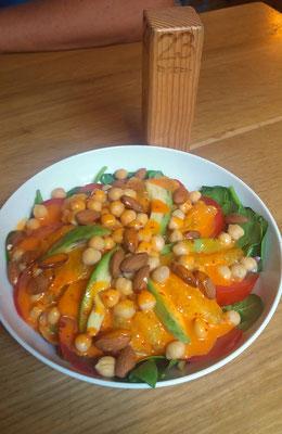Spinatsalat mit Avocado, Kichererbsen, Mandeln Tomatenund extrem leckeren Chili Dressing!
