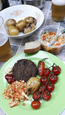 Veganer Grillteller mit Pattie von Dobra Kaloria