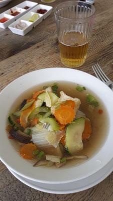 Tofu-Gemüsesuppe mit Nudeln