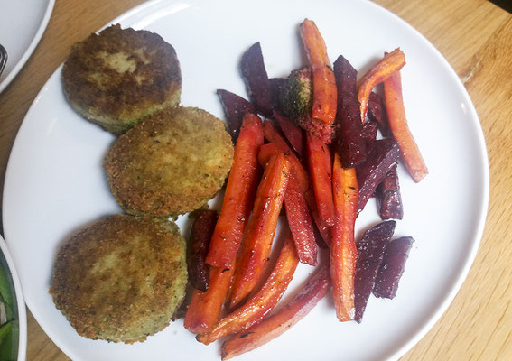 Gemüsesticks aus roter Beete und Karotten mit Brokkoli Baratlingen