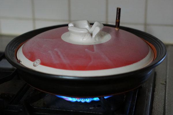 熱が逃げないように木栓をして焼きます。