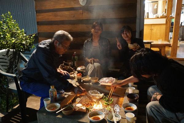 終了ー!今夜は外の囲炉裏で焼き肉パーティーです。この日ばかりは 準備も後片付けも私以外の人達がやってくれるので、私は食べて飲んでゴロリと横になるだけッ!!