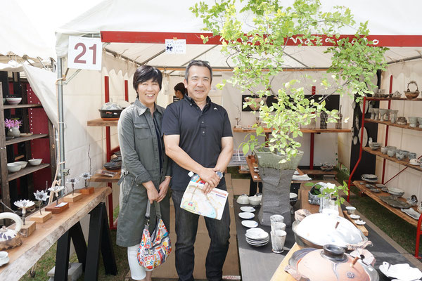 群馬からのご夫妻。去年買いそびれた土鍋を 今年はゲットです。ご飯鍋の美味しさに感激しているとのことで、私も感無量。