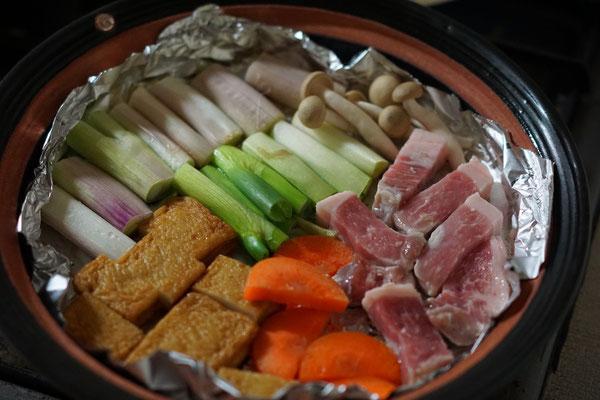 肉、野菜、さつま揚げ、きのこを焼いて タレにつけながら頂きます。