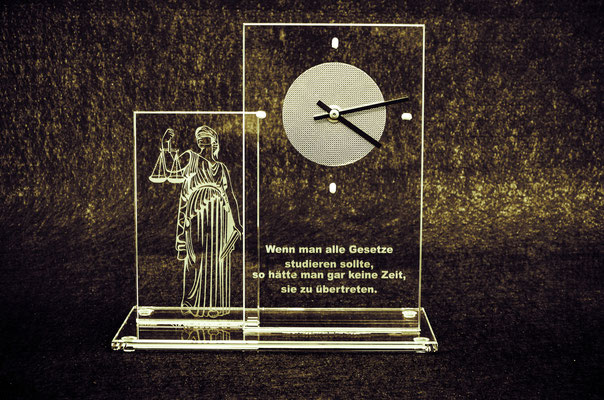 "Uhr mit ""Justicia""-Motiv"