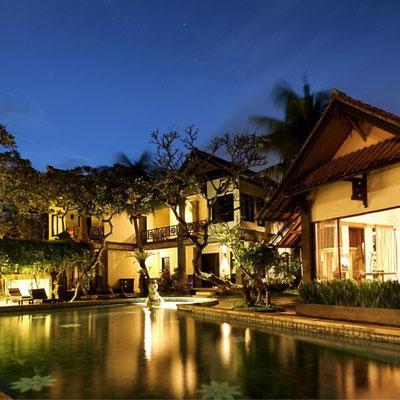 Piscine de nuit, hôtel à Sanur