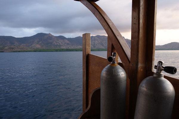 Vue du bateau avec les tank de plongée à Komodo