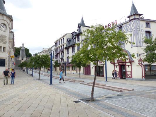 Rue piétonne en face du monument aux morts
