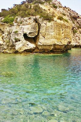 Felsen und Meer einer versteckten Bucht westlich von Athen