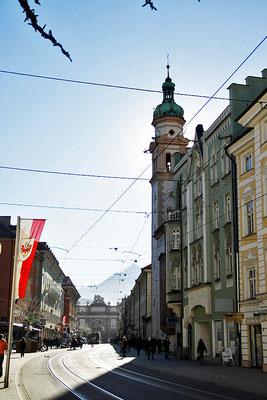 Straßenansicht mit Triumphpforte in Innsbruck, Österreich
