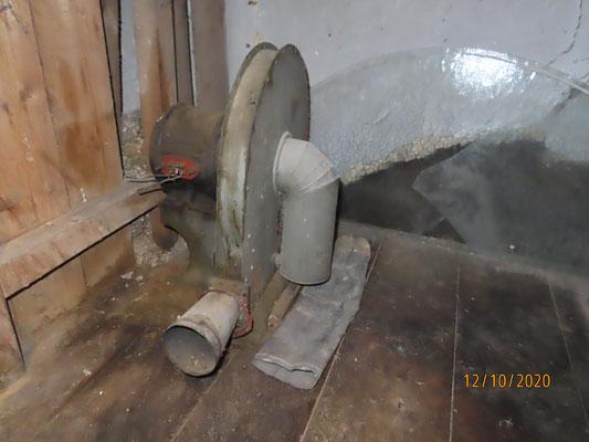 L'ancien ventilateur est encore là dans la cabane de l'horloge mécanique