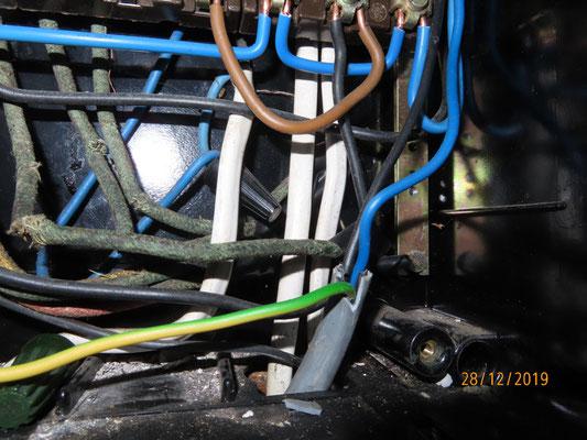 Des câbles blanc côte à côte non conformes vers des éclairages