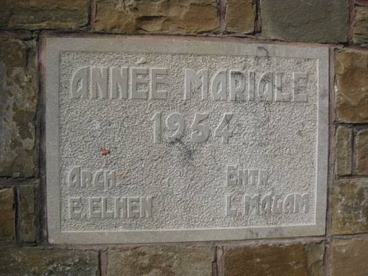 Curieusement, le cadastre a 1957 comme date d'enregistrement, mais la stèle porte la date de 1954.