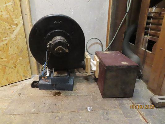 Il devient très chaud (70 à 80°) et perd de l'huile. Il a été posé sur 3 klinkers pour rattraper le niveau de la boite à rideau à droite.