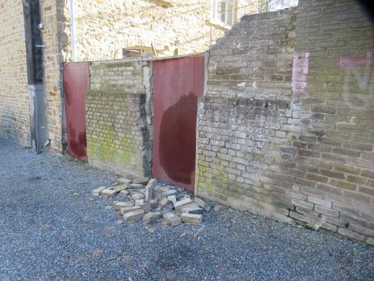 Murs des remises à abattre côté parking du cercle paroissial.