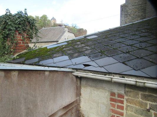 Trou dans le toit de la sacristie provoqué par un jet de pierre ou de brique